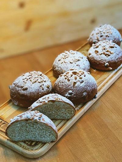 Сдобные булочки с отрубями и изюмом, сахарная пудра с дробленым арахисом...